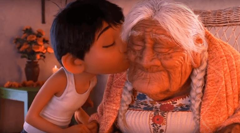 Coco kysser oldemor