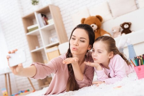 Millennial mor og datter tager selfie