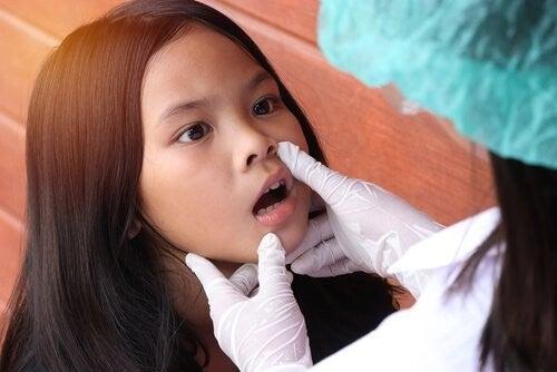 Pige bliver undersøgt at læge