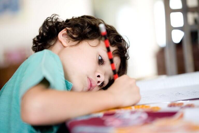 6 råd til at lære børn at lave lektier selv