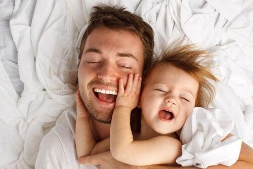 8 terapeutiske fordele ved at kærtegne dit barn