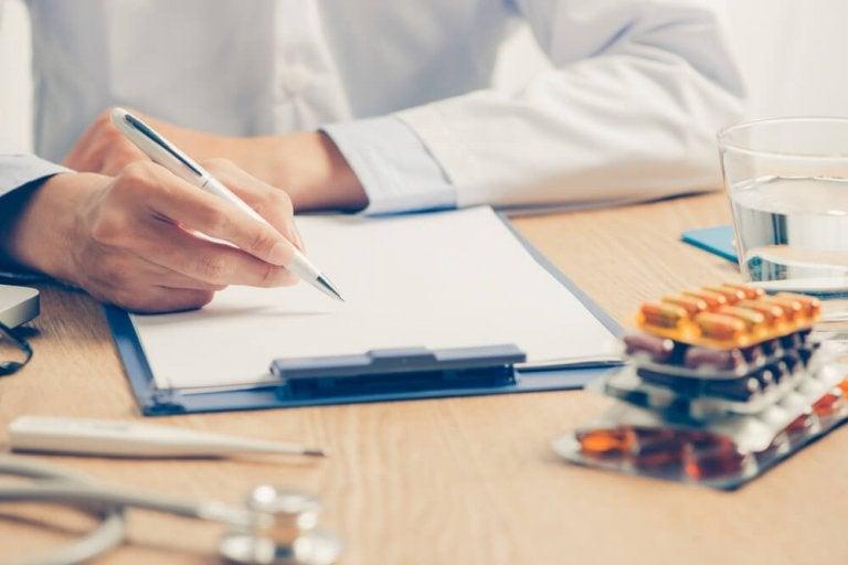 Læge ordinerer medicin