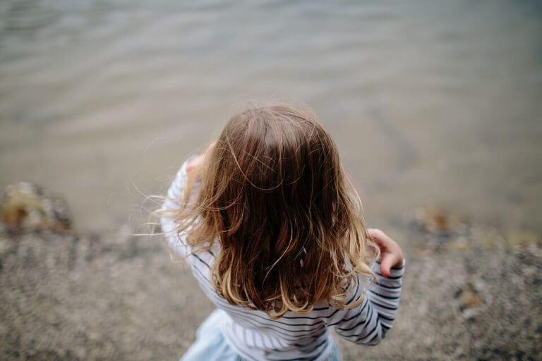 Pige ved en sø