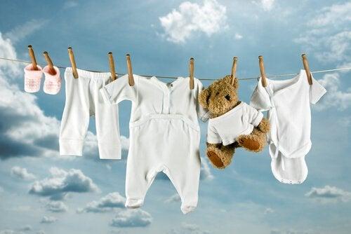 Babytøj bliver hængt til tørre