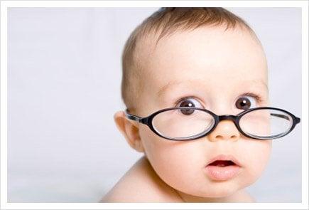 Hvornår begynder babyer at kunne se?