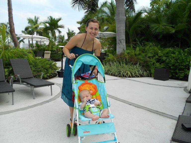 Mor med en baby i klapvognen