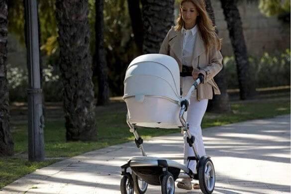 Mor går tur med sin baby