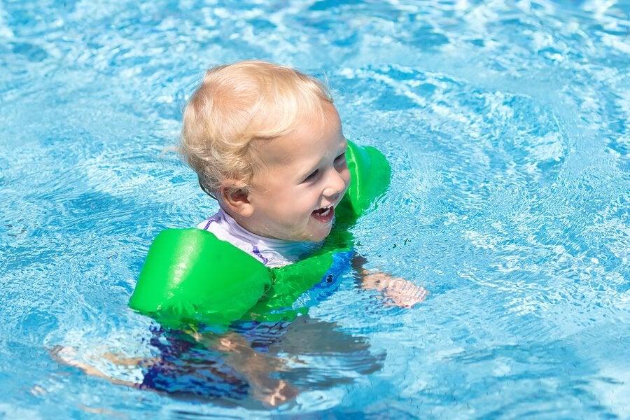 Ting du skal have med til poolen til din baby