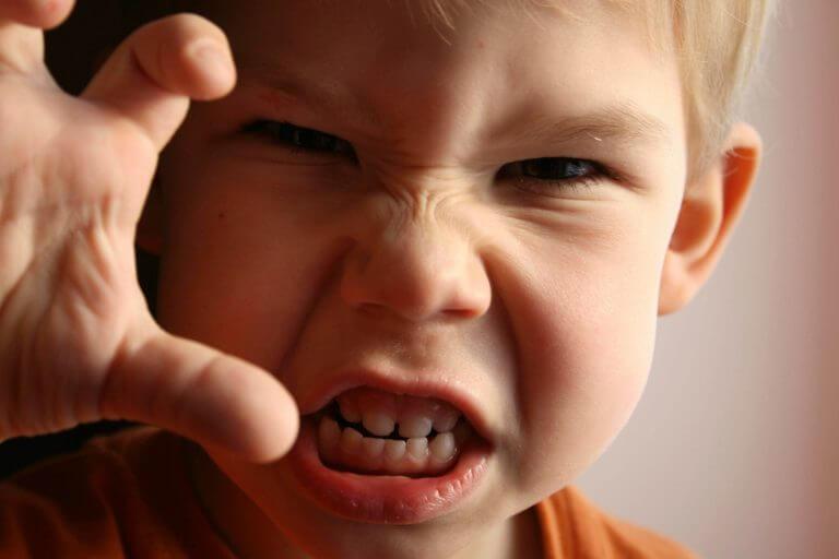 En dreng har følelser af frustration