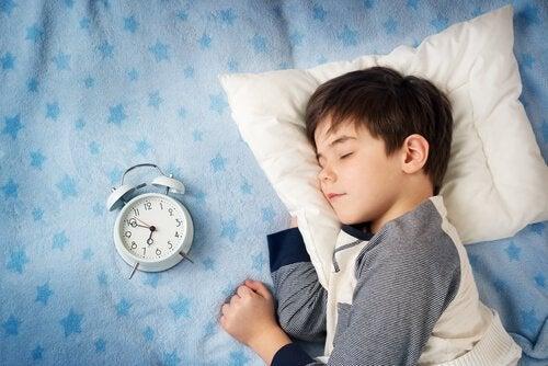 Hjælp dit barn med at vågne op om morgenen