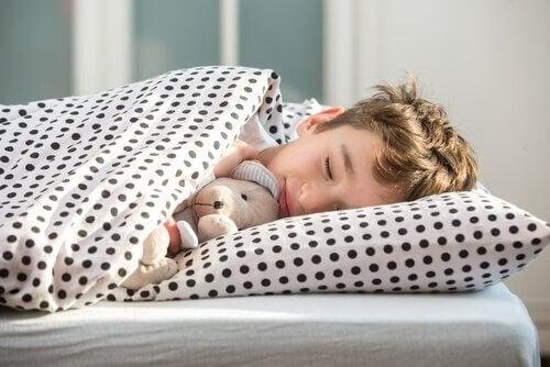 Dreng sover sødt