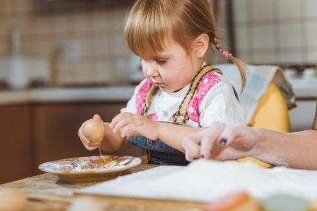 Skal man lade sine børn lege med deres mad?