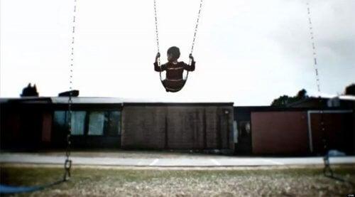 En dreng gynger alene