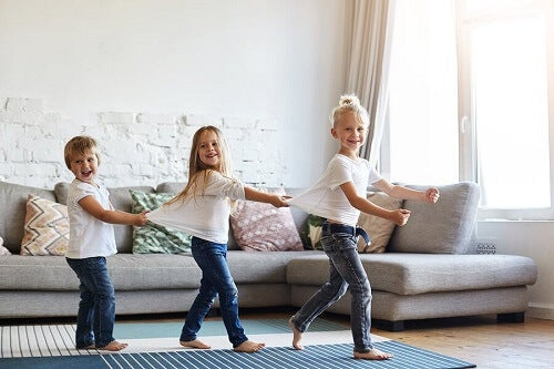 Er det godt at lade børn gå med bare tæer?