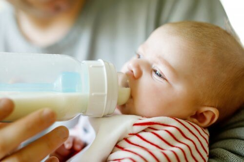 baby der drikker af sutteflaske