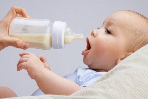 Baby der får flaske