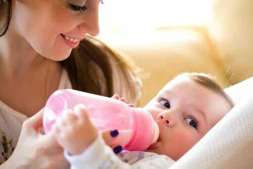Hvor meget mælk bør babyer drikke?