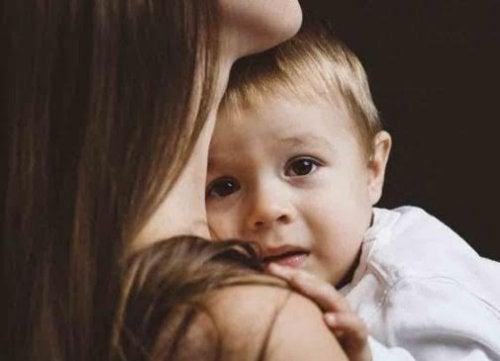 bange dreng der trøstes af mor