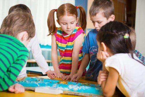 Børn spiller brætspil som eksempel på udviklingsaktiviteter for børnehavebørn