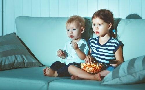 Børn ser film og illustrerer, at det kan påvirke børns uddannelsesniveau