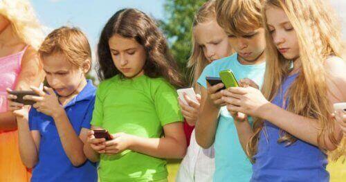 Børn med smarttelefoner