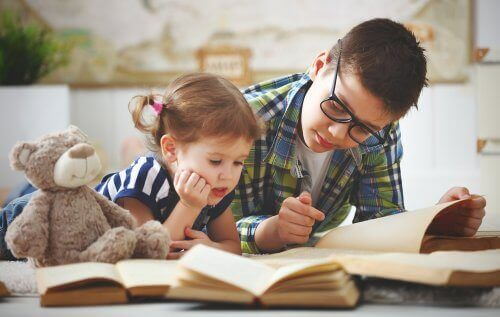 bror og søster der læser sammen
