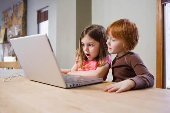 Børn med computer