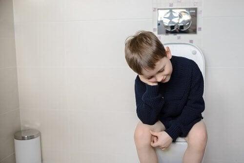 dreng der sidder på toilet