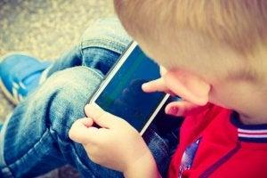 dreng med mobil