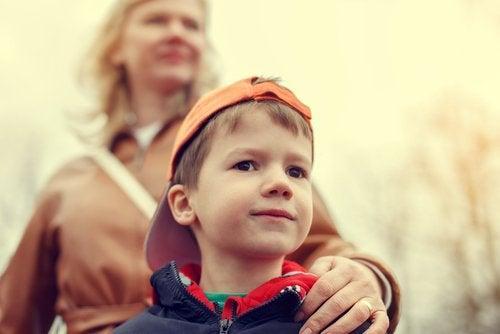 dreng med sin mor bag sig