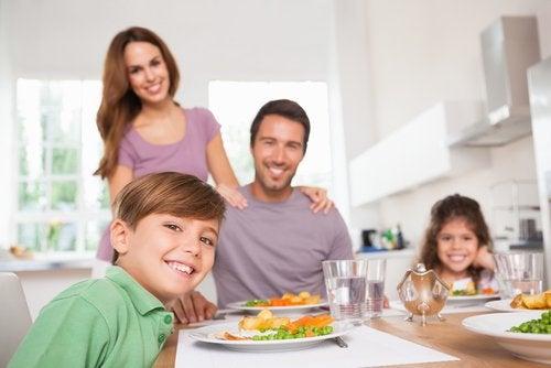 familie ved middagsbord