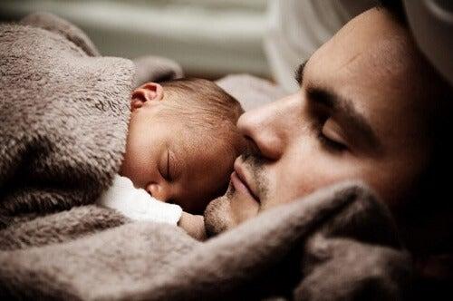 Far og baby samsovning