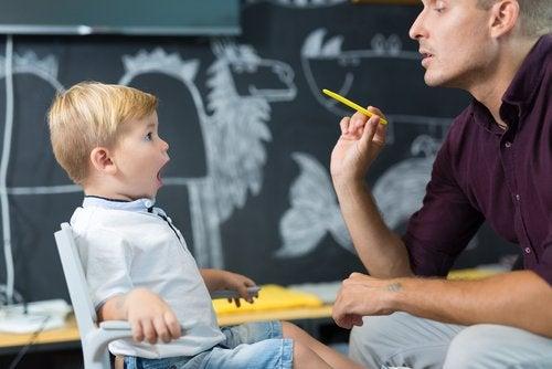 far der underviser lille dreng