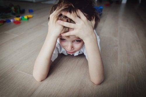 frustreret dreng der ligger på gulvet