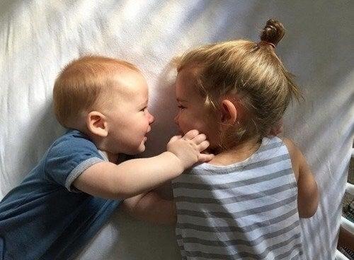 Glade søskende kigger på hinanden