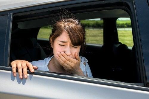 et barn føler sig køresyg