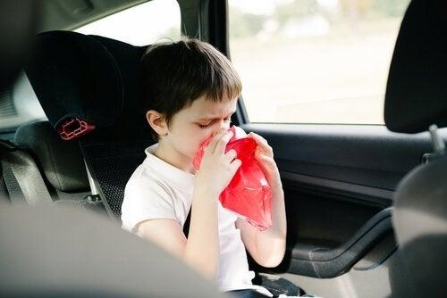 et barn er klar til at kaste op i bilen pga køresyge