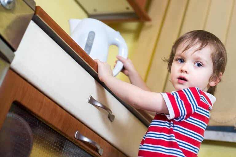 Hvad skal jeg gøre, hvis mit barn er blevet skoldet med kogende vand?
