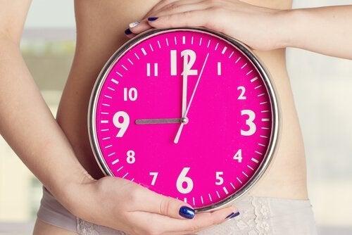 kvinde der holder ur foran maven