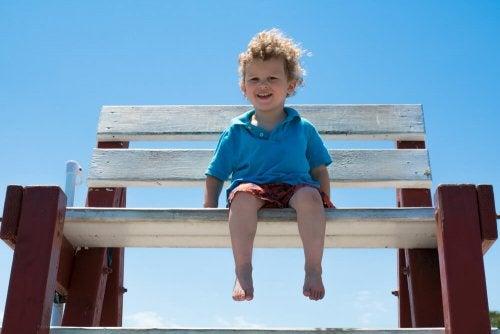 lille dreng på høj bænk