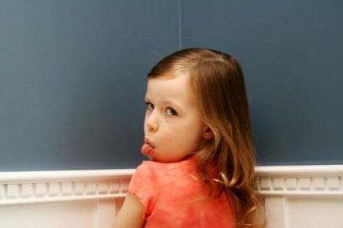 lille pige der rækker tunge
