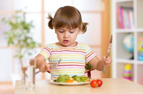 lille pige der spiser selv