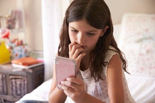 lille pige med sin mobil