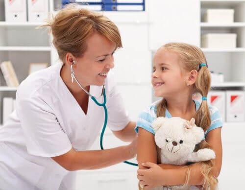 lille pige ved lægen