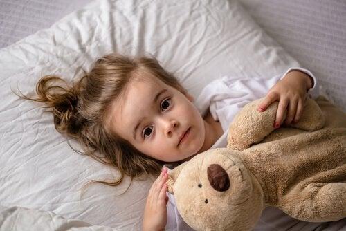 En pige med sin elskede bamse