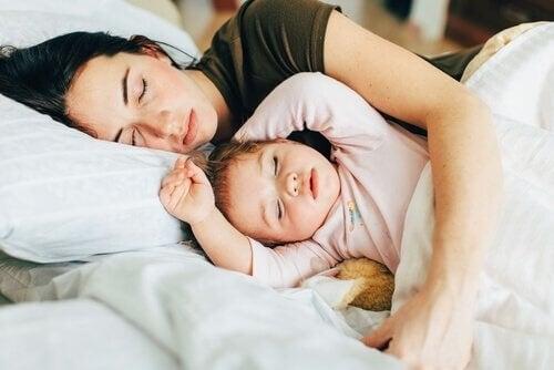 Mor og større barn samsovning
