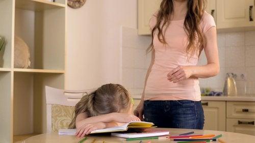 pige der ligger ned over sine lektier