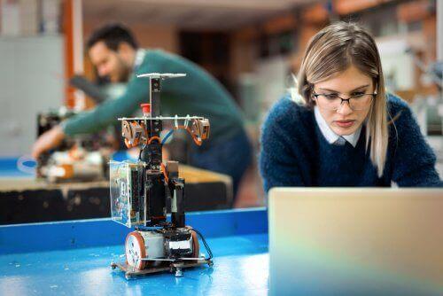 Pige i laboratorie er eksempel på STEM kvinder