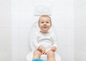dreng sidder på toilet