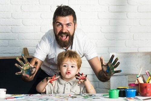 Far skaber kunst med søn